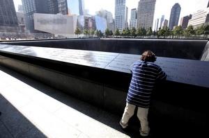 Los visitantes pudieron caminar entre centenares de robles blancos y contemplar el agua en los sitios exactos en los que alguna vez se alzaron las Torres Gemelas del Centro de Comercio Mundial.