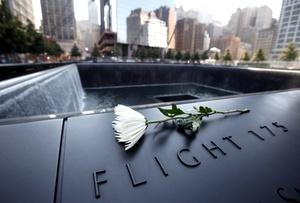 El lote que fue escenario de los ataques terroristas del 11 de septiembre del 2001 abrió al público por primera vez desde aquella mañana, transformado ahora en un monumento que consiste en dos espejos de agua rodeados por los nombres de las casi 3,000 víctimas.