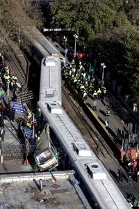 Gago recalcó que 'todo indicaría' que el autobús 'cruzó con las barreras bajas' en el paso a nivel y fue embestido por el tren, en una 'actitud temeraria e imprudente del chofer del colectivo'.