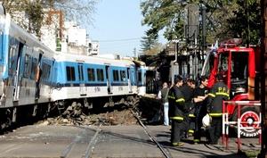 El gerente de Relaciones Institucionales y Comunicaciones Externas de TBA, Gustavo Gago, aseveró a periodistas que 'un tren que estaba ingresando a la estación de Flores, en el paso a nivel Artigas, arrolló a un colectivo de la Línea 92'.