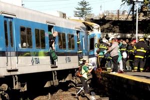 Algunos de los heridos, que fueron trasladados a cuatro hospitales cercanos tras la llegada de más de 50 ambulancias, quedaron atrapados entre los fierros retorcidos de las máquinas de la empresa Trenes de Buenos Aires (TBA).