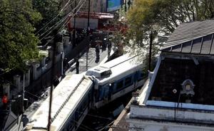 Varios de los pasajeros se encuentran con heridas de extrema gravedad, razón por la cual el número de fallecidos podría aumentar en las próximas horas, aseveró a periodistas el comisario mayor de la Policía Federal, Omar Bravo.