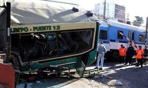 El autobús no habría respetado la señalización que advertía la cercanía del convoy y lo arrastró por varios metros, tras lo cual embistió a una segunda formación.