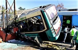 De acuerdo con las fuentes, un tren de la línea Sarmiento chocó contra un autobús de la línea 92.