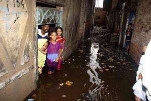 La ayuda es distribuida a miles de campamentos de refugiados desde dos helicópteros, ya que continúan las lluvias torrenciales y que muchas de las carreteras están completamente bajo el agua.
