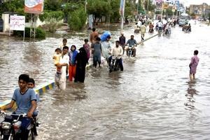 En la meridional provincia paquistaní de Sindh, la región más afectada por las inundaciones que han dejado las lluvias monzónicas, al menos cinco millones de personas son afectadas, debido a la destrucción o severos daños sufridos a cerca de un millón de viviendas.