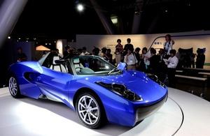El automóvil tiene un alcance de 185 kilómetros en una sola recarga y puede llegar a los 147 kilómetros por hora.