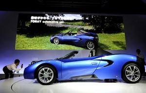 El automóvil construido en fibra de carbono reforzada con plástico pesa solo 846 kilogramos.