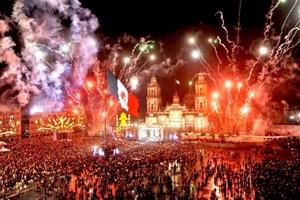 Con música tradicional mexicana y en un ambiente de fiesta y alegría, inició en el Zócalo capitalino el espectáculo de juegos pirotécnicos, con motivo de los festejos por el 201 aniversario del Inicio de la Independencia de México.