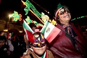 Fuentes oficiales de la capital mexicana dijeron que esperaban en el Zócalo a unas 50,000 personas y que en toda la capital fueron desplegados unos diez mil policías, pues esta ceremonia se replica en las 16 delegaciones del Distrito Federal.