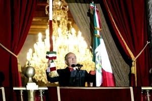 El presidente Felipe Calderón Hinojosa encabezó ante miles de mexicanos la ceremonia del 'Grito' por la celebración del 201 aniversario de la Independencia de México, en la que recordó a los héroes patrios.