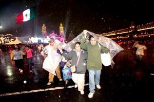 La lluvia no fue impedimento para que familias dieran el 'Grito'.