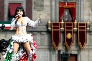 La cantante Maribel Guardia se presentó en el Zócalo.