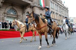 Antes de arrancar el desfile, personal del Ayuntamiento repartió cornetas y otros artículos para amenizar el paso del contigente.