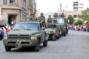 Los Militares de la XI Región y los elementos de la Policía Municipal, fueron aplaudidos por la ciudadanía.
