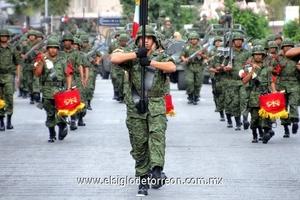De acuerdo a cifras dadas a conocer por el 33 Batallón de Infantería, doce escuelas con sus escoltas encabezaron el desfile.