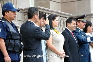 En punto de las 9:00 horas el alcalde de Torreón, Eduardo Olmos acompañado del Secretario del Ayuntamiento y el Teniente Adelaido Flores, Director de la Policía, presenciarón el paso de las diferentes instituciones educativas de la ciudad.