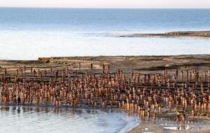 La sesión comenzó con un cuidadoso chapuzón multitudinario en el mar, cuya alta concentración en sal hace que los cuerpos floten sin esfuerzo.