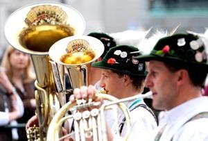 Músicos vestidos con trajes tradicionales tocan durante el desfile celebrado con motivo del Oktoberfest en Múnich, Alemania.
