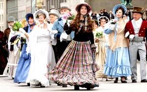 Un grupo de personas desfila con trajes tradicionales durante una procesión con motivo de la celebración de la 175ª Oktoberfest, la tradicional fiesta alemana de la cerveza.