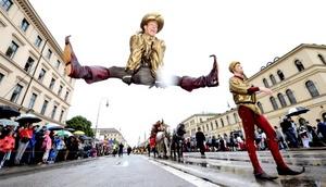 Un bailarin salta durante el desfile de trajes tradicionales, en Múnich (Alemania).