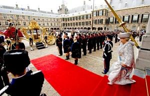 La reina Beatriz de Holanda abandona el Ridderzaal o Sala de los Caballeros, donde la monarca inauguró con un discurso el Año Parlamentario.