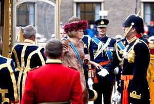 La reina Beatriz inauguró el curso parlamentario en La Haya en medio de fuertes medidas de seguridad, en la que será la primera aparición pública de la familia real desde el fallido ataque en su contra. La policía cerró el centro al tráfico mientras dure la tradicional ceremonia aunque se permitirá el acceso a los ciudadanos para que puedan ver a la Reina en el camino desde el palacio Noordeinde al Parlamento.