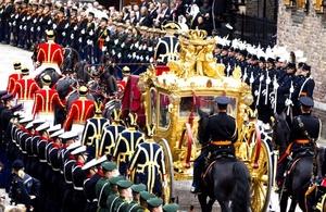 La reina Beatriz de Holanda abandona el Binnenhof, el complejo del Parlamento y centro neurálgico de la política de Holanda, durante la celebración del Prinsjesdag (Día del Príncipe) en La Haya (Holanda). La monarca inauguró con un discurso el Año Parlamentario en una ceremonia celebrada en el Ridderzaal.