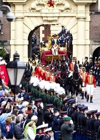 La tradicional carroza dorada que transporta a la reina Beatriz de Holanda, al príncipe heredero Guillermo-Alejandro, y a su mujer, Máxima, llega al Ridderzaal o Sala de los Caballeros.