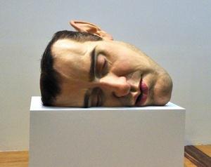Destaca la pieza 'Máscara II' (2001-2002), una escultura en la que Mueck reproduce su propio rostro a manera de autorretrato.