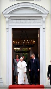 En la escalera que conduce a la entrada principal del palacio, que es la residencia oficial del presidente alemán, se había colocado una alfombra roja para recibirlo.
