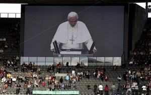 El Papa recibió aplausos después de su discurso por los alrededor de 100 invitados especiales que fueron colocados en una estructura de asientos en gradas.