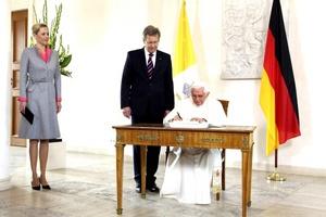 Una vez en el interior del palacio, el Papa firmó el Libro de Visitantes Distinguidos del gobierno alemán.Salió de nuevo a los jardines, donde se instaló un podio con micrófono sobre una alfombra roja y dos sillas flanqueándolo. En una de las sillas tomó asiento el presidente Wulff y en la otra el Papa Benedicto XVI.