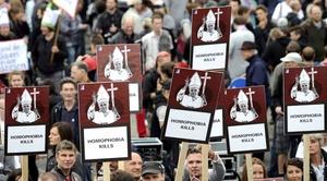 Diputados de la oposición, homosexuales, víctimas de abusos sexuales en escuelas religiosas y católicos críticos desfilaron por Berlín bajo la consigna del Keine Macht den Dogmen -Ningún poder a los dogmas.