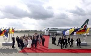 El presidente alemán lo saludó con las palabras: 'bievenidos a casa, Santo Padre'. Benedicto XVI nació hace 84 años en la localidad bávara de Marktl am Inn.