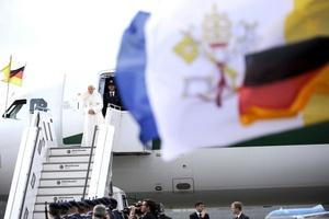 El Papa Benedicto XVI en visita oficial a Alemania, fue recibido en el aeropuerto berlinés de Tegel por la canciller federal Angela Merkel y por el presidente alemán, Christian Wulff, y su esposa Bettina.