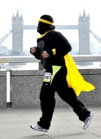 Un hombre vestido de gorila corre frente al Puente de Londres.