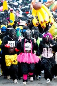 Cientos de corredores vestidos de gorila participan en una carrera benéfica por las calles del centro de Londres.