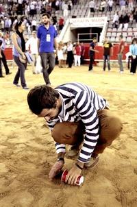 Afiocionados taurinos recoieron arena del ruedo de la Monumental de Barcelona.