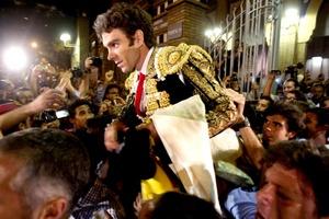 Al salir de la plaza a hombros de los aficionados, José Tomas se metió rápidamente en una furgoneta.