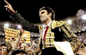 José Tomás salió a hombros por la Puerta Grande tras el último festejo taurino celebrado en la Monumental de Barcelona.