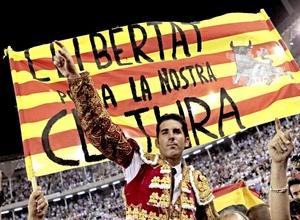 Los espectadores también pidieron las dos orejas para Serafín Marín, torero catalán que se encargó de matar al último toro en la historia de La Monumental.