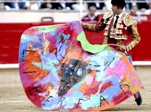 El torero Serafín Marín con el capote donde reza el lema Libertad durante el último festejo taurino.