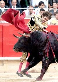 José Tomás, el torero más importante de los últimos años, fue el elegido para cerrar la historia taurina de Cataluña. Cortó dos orejas al primero de sus dos toros en medio de la euforia de los aficionados.