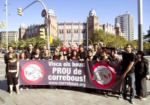 Activistas de la organización de defensa de los derechos de los animales se concentraron junto a la Monumental de Barcelona.