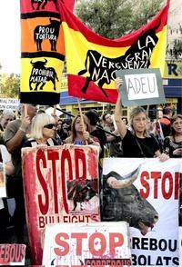 Durante toda la tarde, los aficionados se fotografiaron delante de la plaza, mientras un pequeño grupo de defensores de los animales enarbolaba pancartas de Adiós a los toros y esquelas que celebraban la muerte de la corrida.