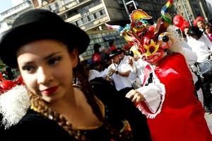Un hombre participa con una máscara típica de la región de Atacama, en el Día Mundial del Turismo en Chile (Chile).