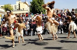 Un grupo de bailarines representan una danza típica de la Isla de Pascua, en el carnaval de costumbres chilenas con motivo de la celebración del Día Mundial del Turismo en el centro de Santiago de Chile (Chile).