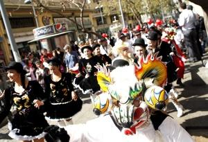 Decenas de personas participan, en el carnaval de costumbres chilenas con motivo de la celebración del Día Mundial del Turismo en el centro de Santiago de Chile (Chile).