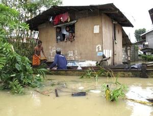 Cientos de miles de personas han tenido que abandonar sus casas por las riadas provocadas por el tifón, que ha cruzado el norte de Filipinas.